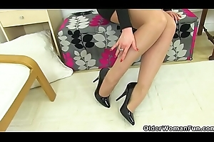 English milf Ritzy Slop squirts on her dildo