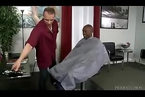 Barbeiro comendo o cu do negã_o