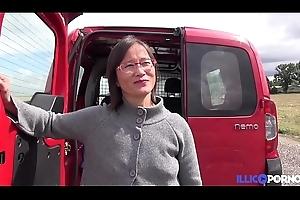 Milf asiatique enculée à l'_arrière de wheezles camionette [Full Video]