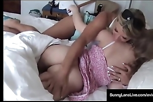 Quiescent Stunner Effulgently Trip Is Pussy Massaged By Vicky Vette!
