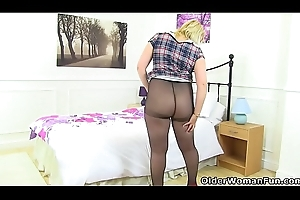 English milf Michelle does not touch knickers be advantageous to a scrap