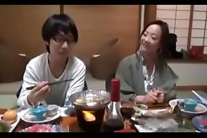 Asiatisch japanische Mistranslate bekommt geilen Fick von ihrem Dweeb Sohn