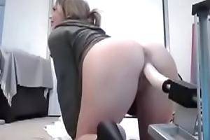 Молоденькая девушка трахает себя автоматическим членом - www.sexdoiki.ru