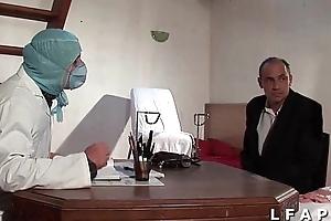 Dampen vieille mariee se fait defoncee le cul chez le gyneco en trio avec le mari